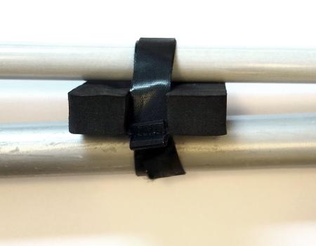 Tässä näkyy kiinnike käyttötilanteessa. Sillä voi kätevästi pakata mopin ja imurin yhteen.